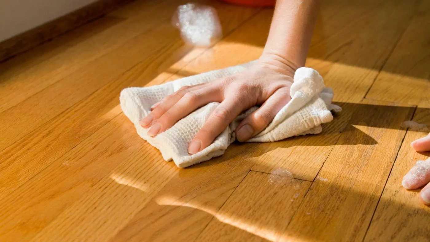 Как отмыть со стола или пола пятна от масла, клея, краски и других едких веществ, не повредив покрытие